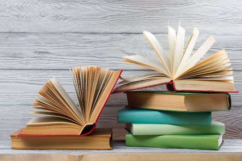堆在木桌上的五颜六色的书 回到学校 复制空间 免版税库存图片