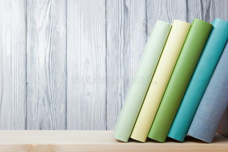 堆在木桌上的五颜六色的书 回到学校 复制空间 免版税库存照片