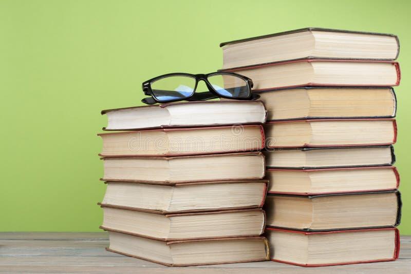 堆在木桌上的五颜六色的书 教育背景 回到学校 复制文本的空间 库存照片