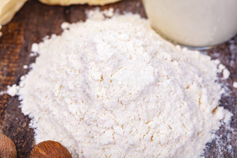 堆在木桌上的小麦面粉 库存照片