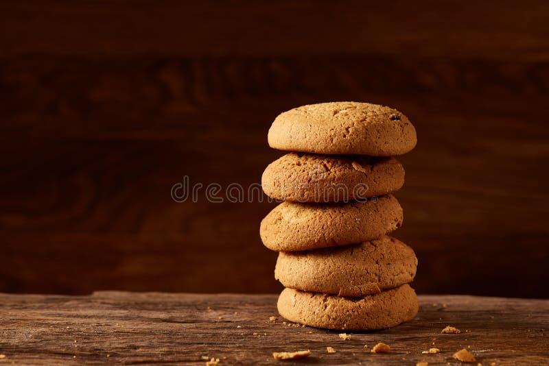 堆在木桌,特写镜头,选择聚焦上的燕麦曲奇饼 库存图片