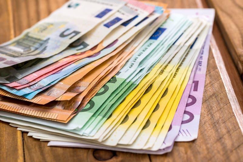 堆在木背景的欧元钞票 库存照片