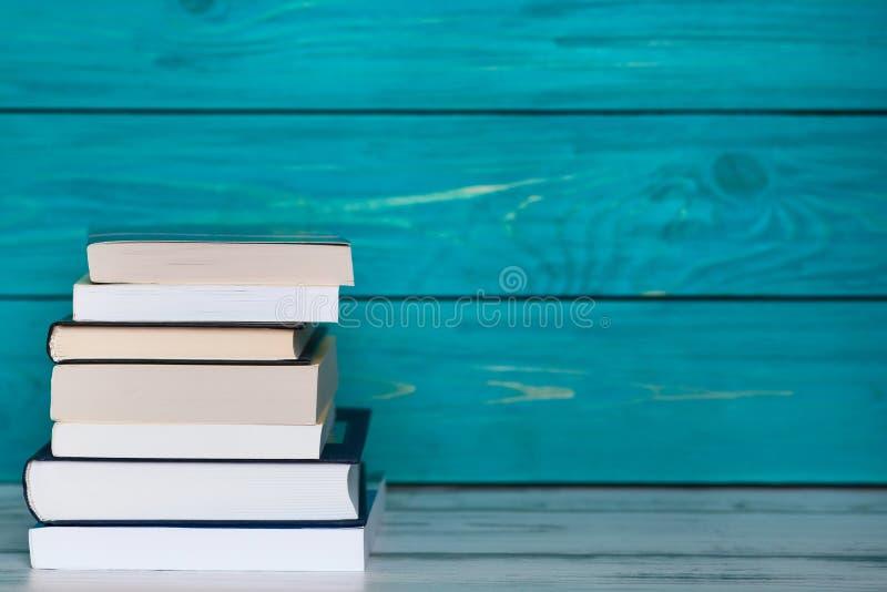 堆在木绿松石背景的书 te的自由地方 库存照片