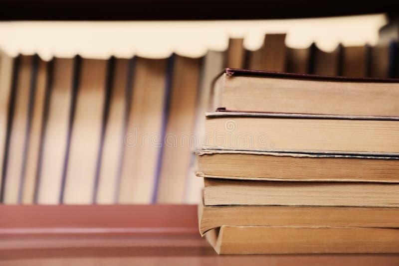 堆在架子的书 免版税库存图片