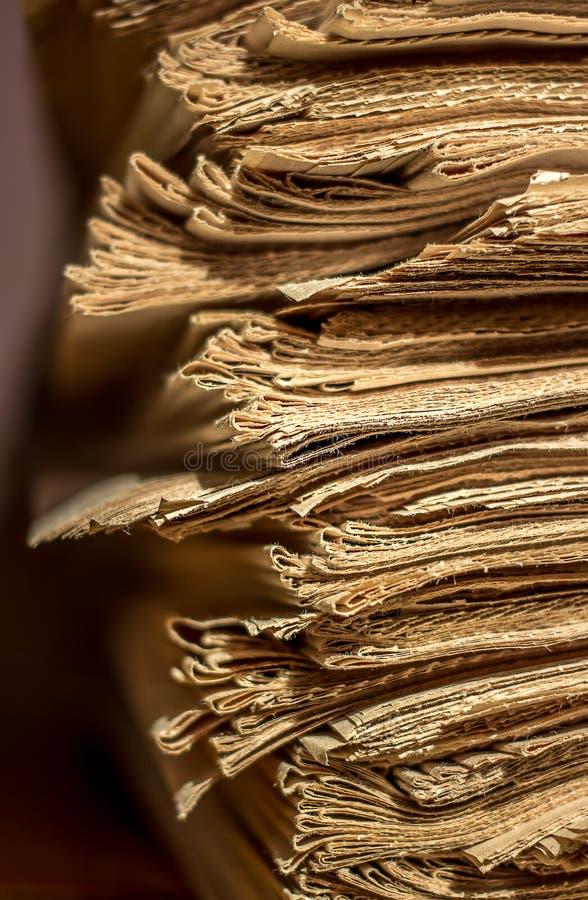 堆在架子的老报纸 免版税图库摄影