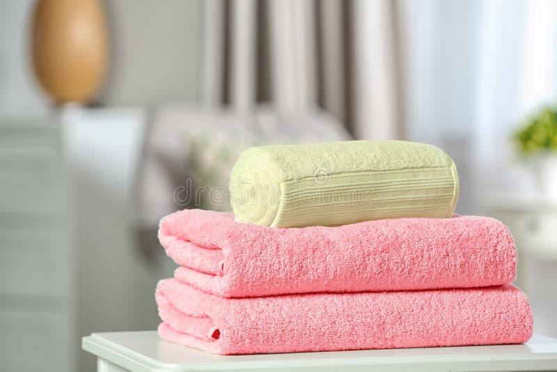 堆在桌上的不同的软的特里毛巾 图库摄影