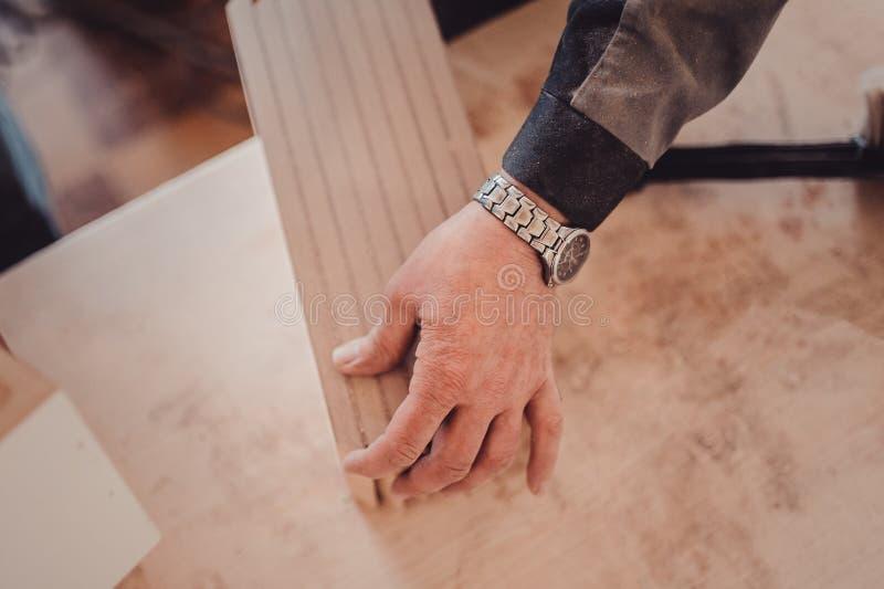 堆在桌上的木家具项目 在小家具工厂的手工制造事务 库存图片