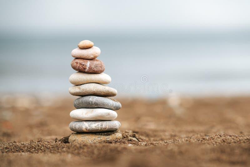 堆在沙子的石头 与石头的平衡和稳定概念 库存照片