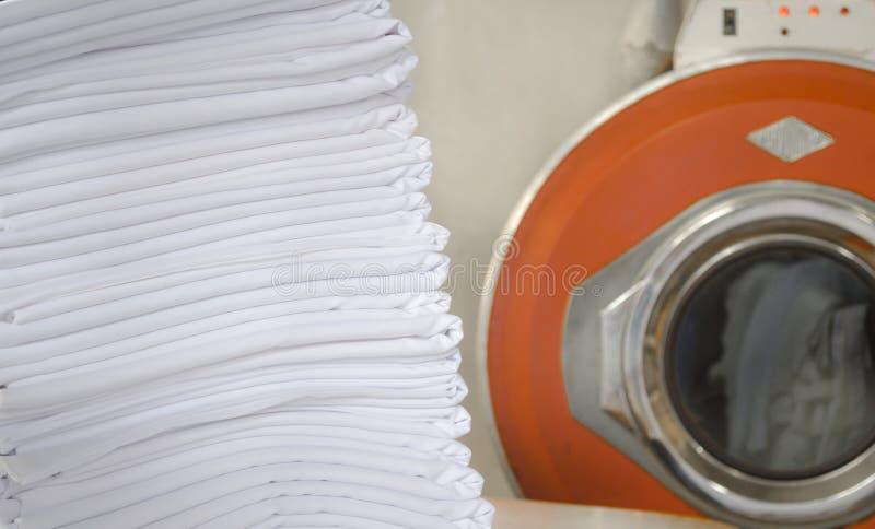 堆在洗衣店的被折叠的白色布料 免版税图库摄影