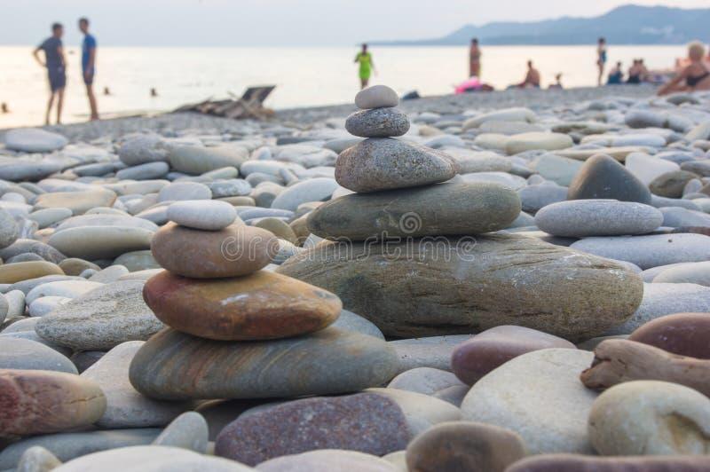 堆在海滩的禅宗石头 库存图片