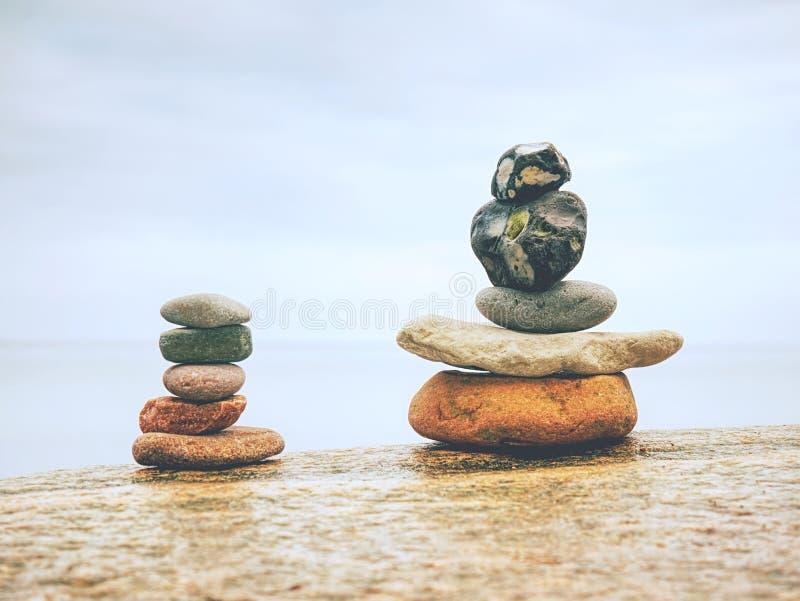 堆在海滩-自然背景的石头 库存照片