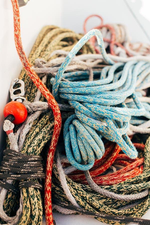 堆在游艇甲板的船舶海洋绳索 库存图片