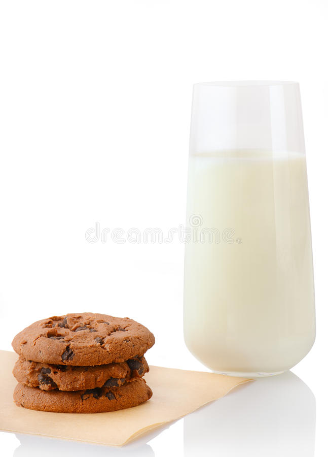 堆在烘烤纸和杯的三个自创巧克力曲奇饼牛奶 库存图片