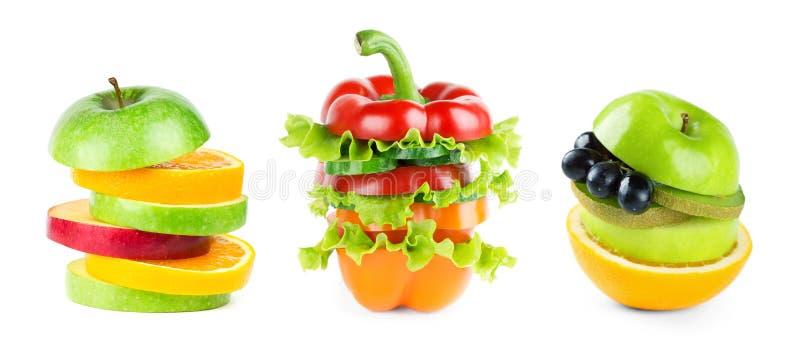 堆在白色的混杂的水果和蔬菜切片 免版税库存图片