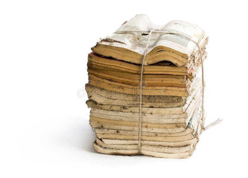 堆在白色的老和多灰尘的杂志 免版税库存图片