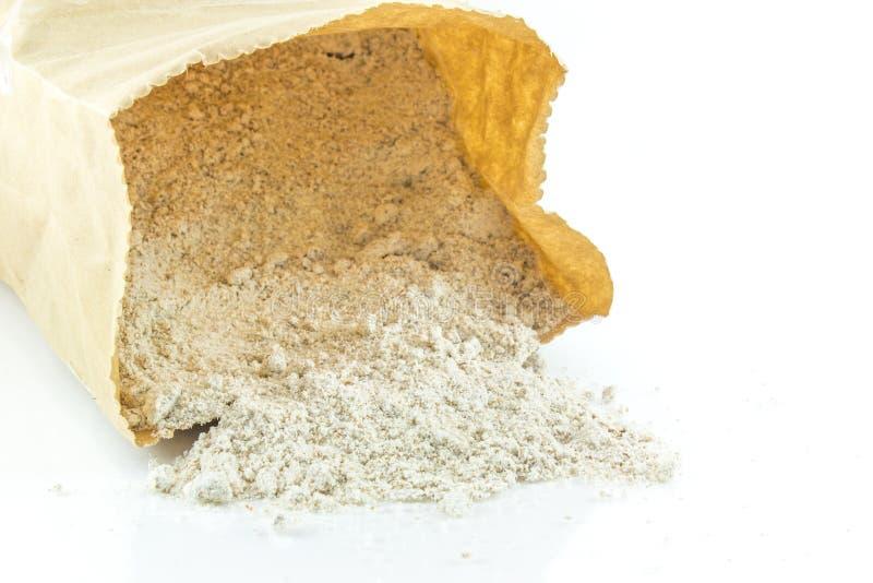 堆在白色背景的全麦面粉 库存照片