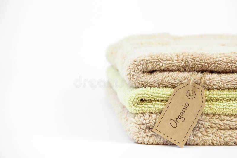 堆在白色背景的有机棉花毛巾 库存图片