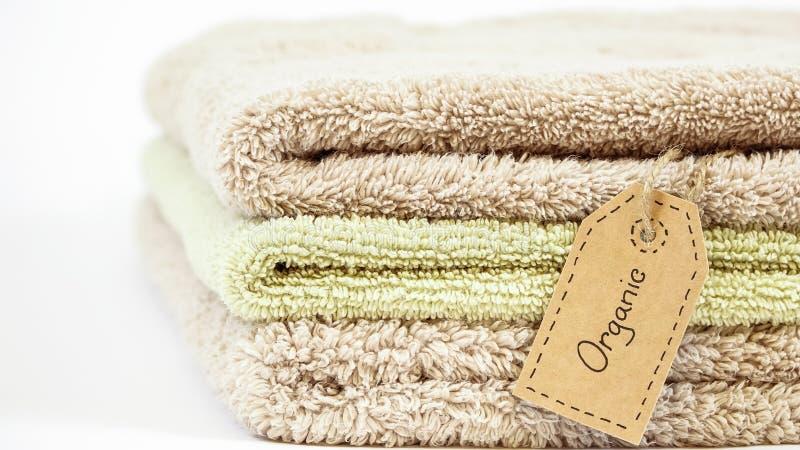 堆在白色背景的有机棉花毛巾 免版税库存图片