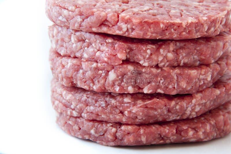 在白色背景的未加工的汉堡 库存照片
