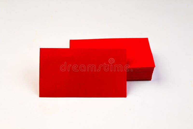 堆在白色背景的红色空白的名片 库存图片