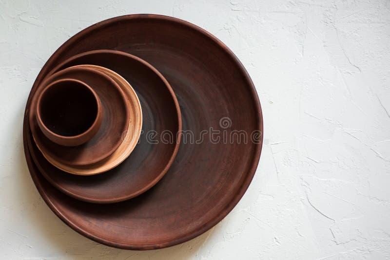 堆在白色背景的陶器盘 免版税库存图片