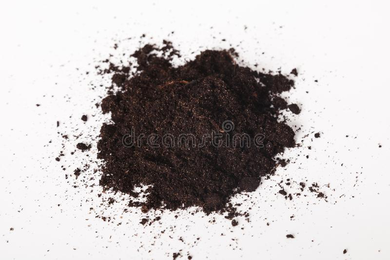 堆在白色背景的黑沃土 在白色背景的堆土 世界土壤天概念 免版税图库摄影