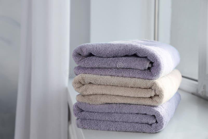 堆在窗台的新鲜的毛巾 库存图片