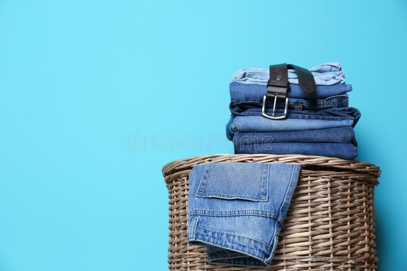 堆在篮子的不同的牛仔裤 库存图片