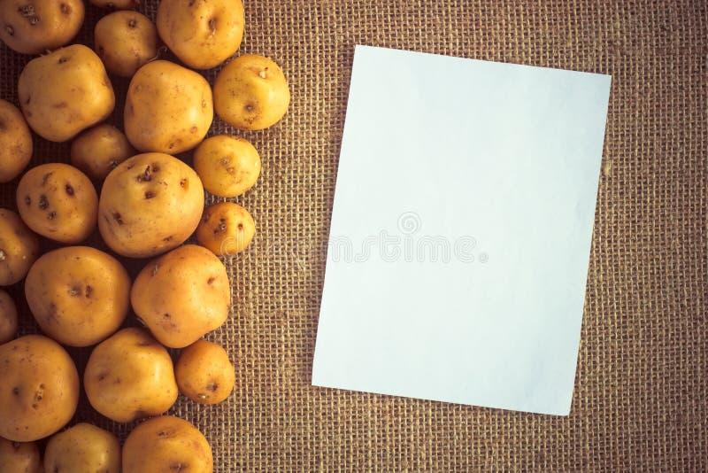 堆在粗麻布大袋的土豆 免版税库存图片