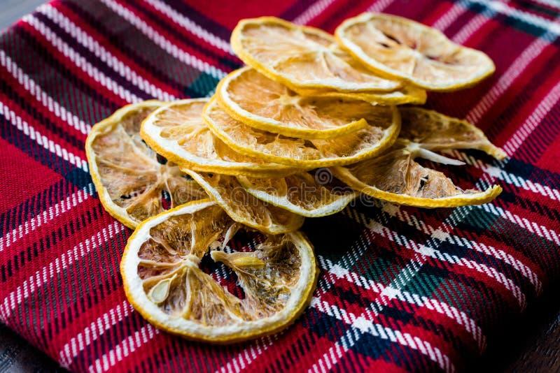 堆在红色桌布的干柠檬切片/干燥和切 库存图片