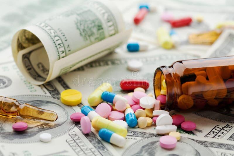 堆在美元医疗保健的金钱、费用和医疗保险的配药药物和医学药片 免版税库存图片
