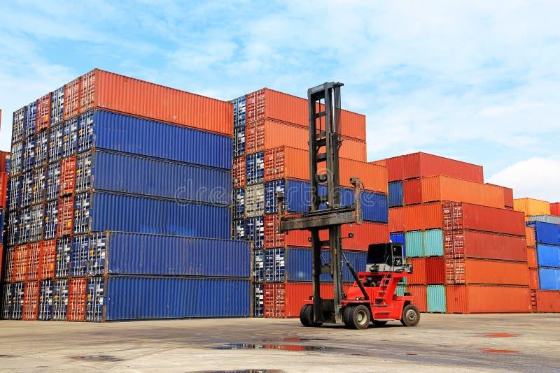 堆在船坞的货箱 免版税库存照片