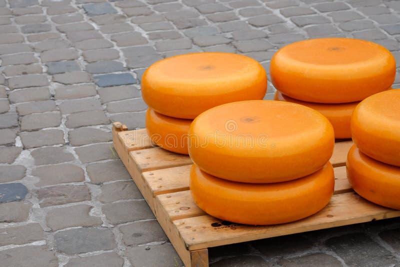 堆在荷兰扁圆形干酪的乳酪 免版税库存照片