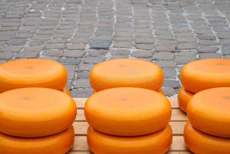 堆在荷兰扁圆形干酪的乳酪 免版税库存图片