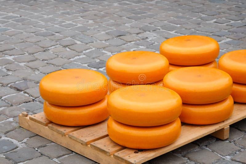 堆在荷兰扁圆形干酪的乳酪 图库摄影