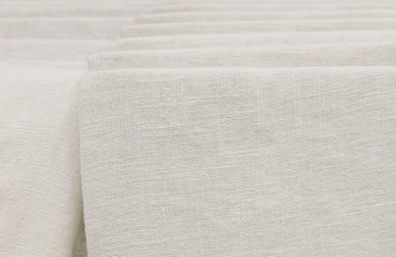 堆在衬里的白色棉织物 免版税库存照片