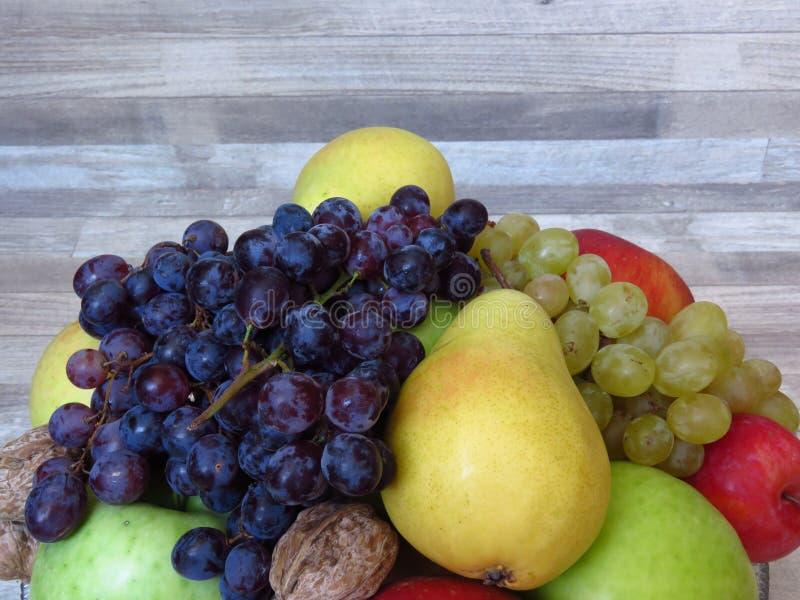 堆在被漂白的橡木背景的新鲜的有机秋天果子 健康饮食/果子/食物 果园作用/生产/ha 库存照片