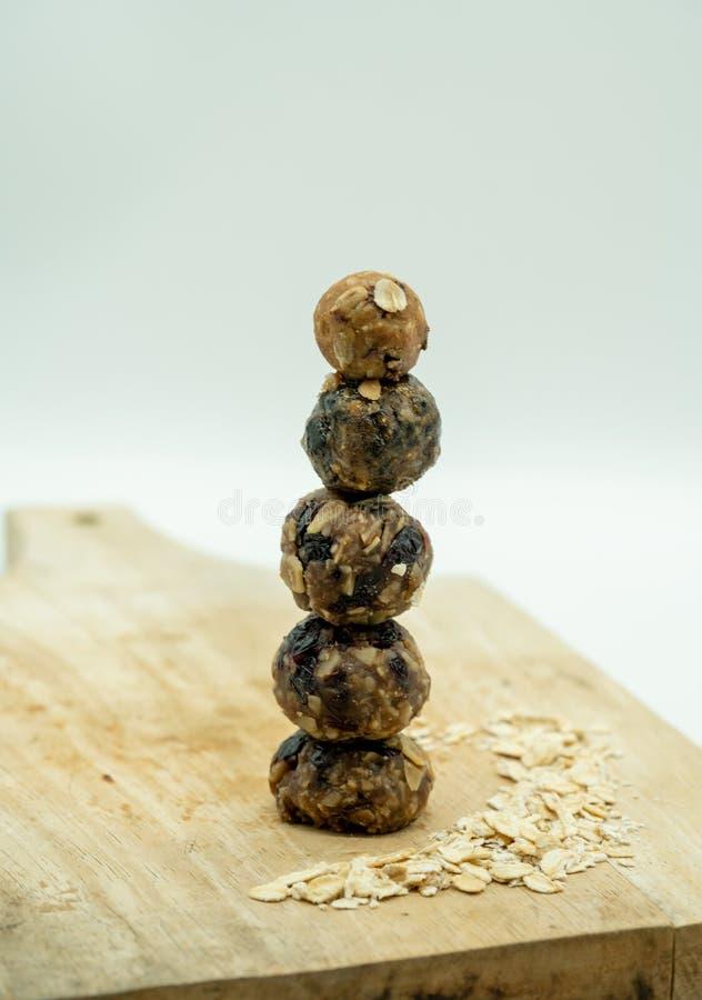 堆在被隔绝的木砧板的自创能量球 免版税库存照片
