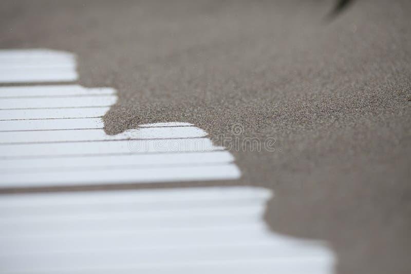 堆在被隔绝的木白色路的美好的沙子海滩海岸线 图库摄影
