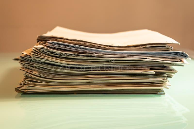 堆在透明桌-图象上的老报纸 免版税库存图片