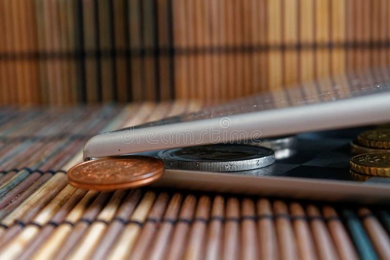 堆在镜子的欧洲硬币反射在广角背景衡量单位是一欧分- b的木竹桌上的钱包谎言 免版税库存照片