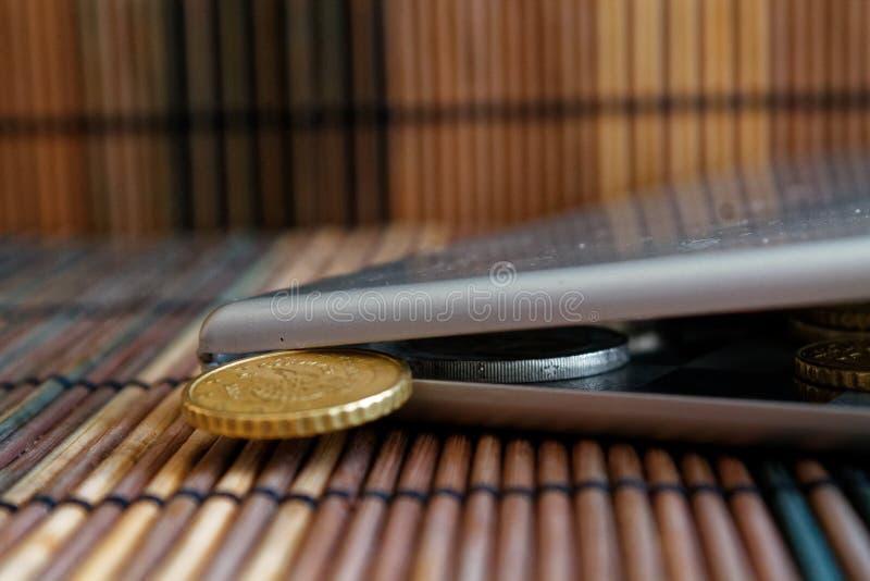 堆在镜子的欧洲硬币反射在广角背景衡量单位是十欧分- b的木竹桌上的钱包谎言 免版税库存照片