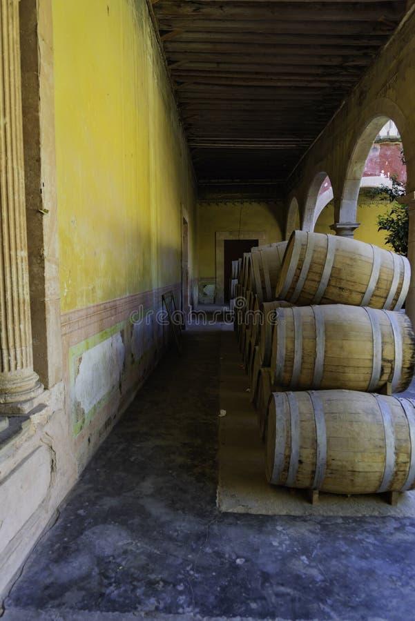 堆在黄色墙壁上的mezcal桶 免版税图库摄影