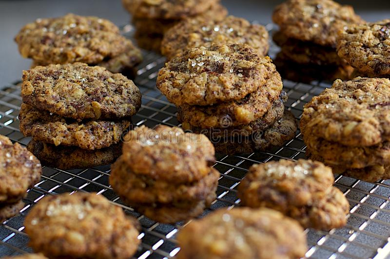 堆在贝克的机架的盐味的巧克力曲奇饼 免版税库存照片