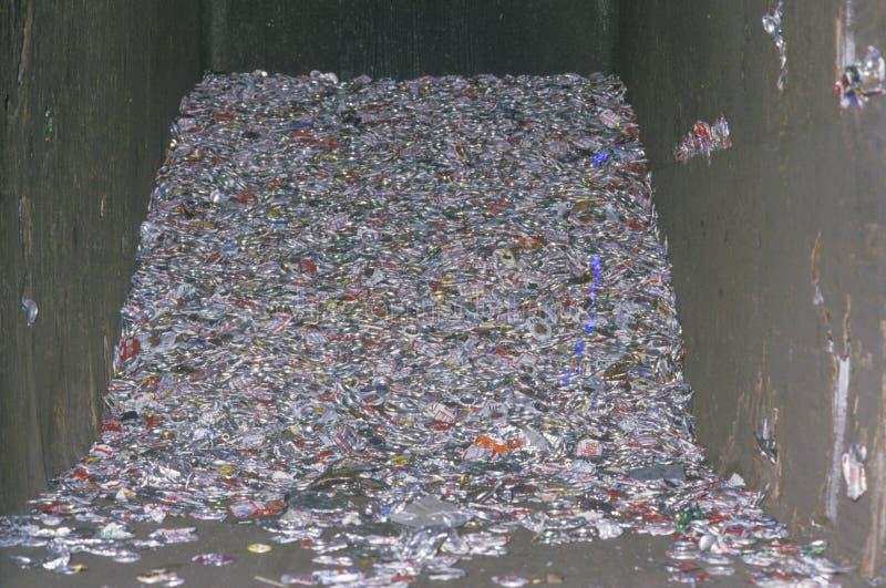 堆在水泥compacter的变紧密的铝罐在圣塔蒙尼卡,加利福尼亚 免版税库存照片
