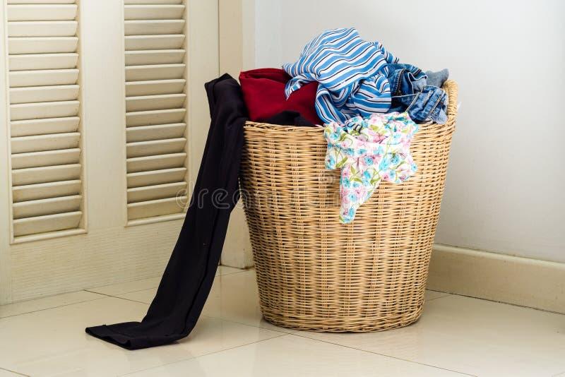 堆在洗涤的篮子的肮脏的衣裳 免版税库存图片