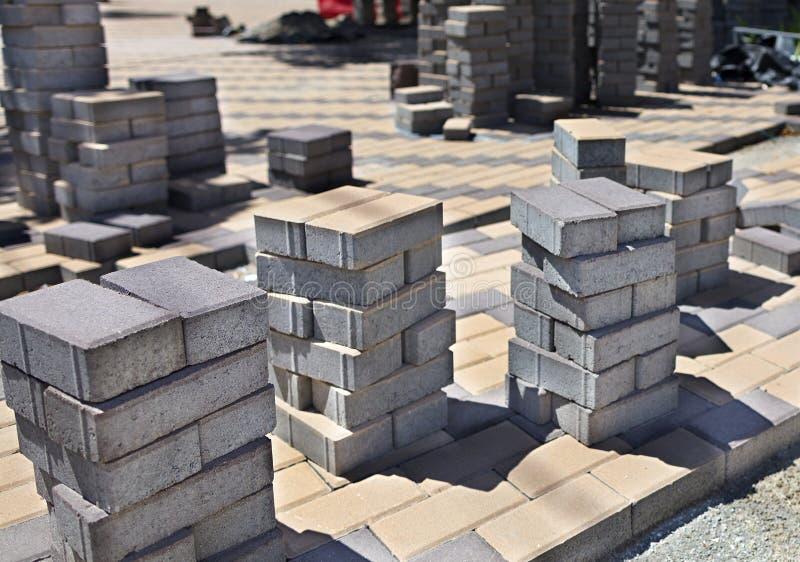 堆在建造场所的铺路石 免版税库存照片