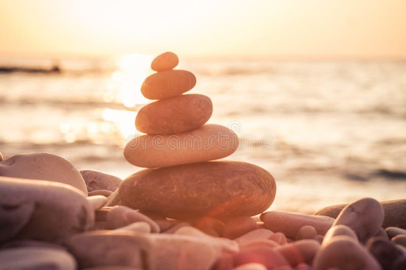 堆在Pebble海滩的禅宗石头 免版税库存图片