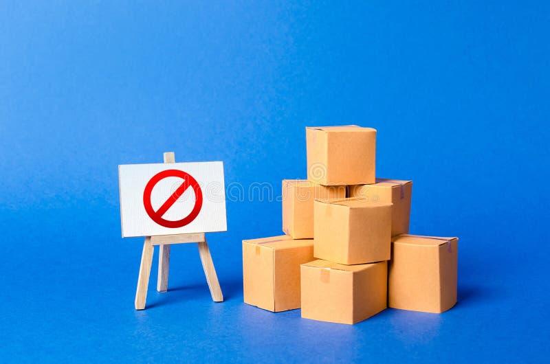 堆堆纸板箱和一个标志立场与红色标志不 对物品的进口的制约,私有 免版税库存照片