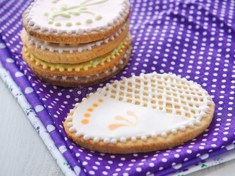 堆复活节糖屑曲奇饼给上釉与皇家结冰 图库摄影
